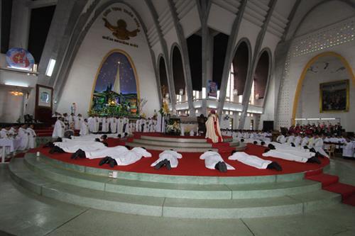 Thánh Lễ Mừng Ngân Khánh Linh Mục Đức Tổng Giuse và Truyền Chức Phó Tế tại Phủ Cam