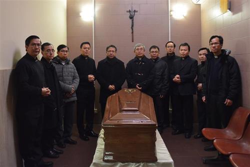 Nghi thức tẩn liệm Đức cố Tổng Giám mục Phaolô Bùi Văn Đọc & chuyến bay về Việt Nam