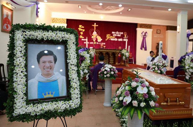 Đức Cha Giám đốc Lô-ren-sô Chu Văn Minh dâng lễ cầu nguyện cho cha giáo Giuse Nguyễn Quốc Hùng