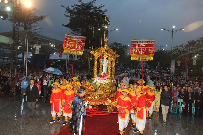 Rước Kiệu tôn vinh Các Thánh Tử Đạo Việt Nam tại La Vang