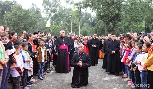 Một số hình ảnh đầu tiên khi Đức cha Anphong Nguyễn Hữu Long đặt chân tới giáo phận Vinh