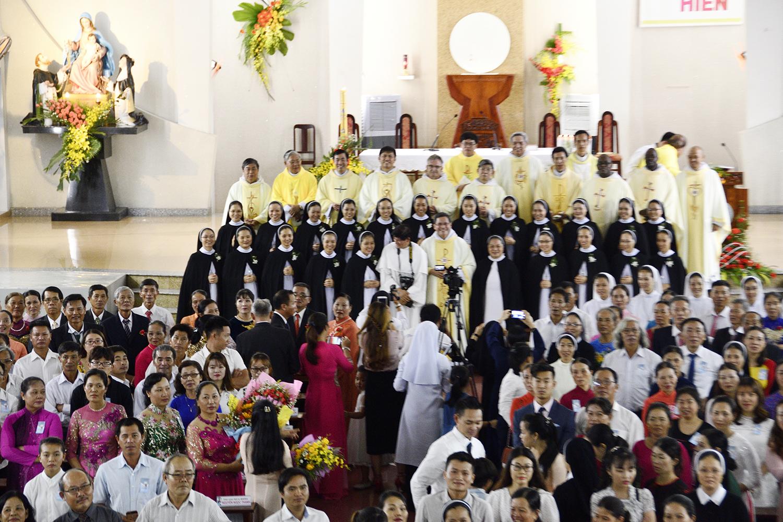 Dòng Đaminh Thánh Tâm: Thánh Lễ Tạ Ơn và Nghi thức Khấn Lần Nhất của 21 Tân Khấn Sinh do Cha Bề Trên Tổng Quyền Dòng Đa Minh chủ sự.
