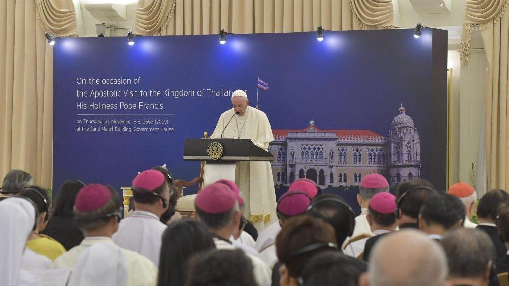 Đức Thánh Cha tại buổi gặp chính quyền và ngoại giao đoàn