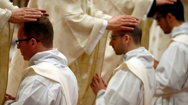 Suy tư của Đức Giáo hoàng Biển Đức về luật độc thân linh mục